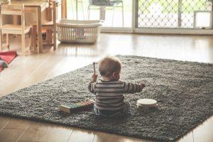 enfant joue dans salon