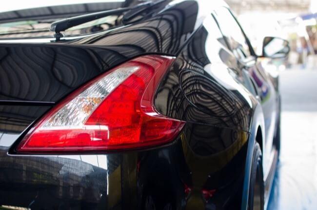 voiture qui brille grace à la polisseuse